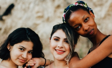 人種の異なる3人の女性