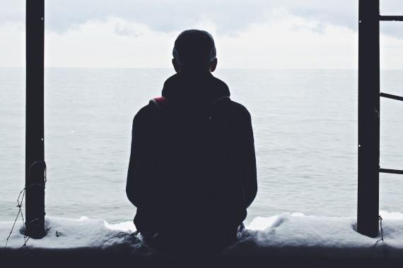 ひとり海を眺める後ろ姿