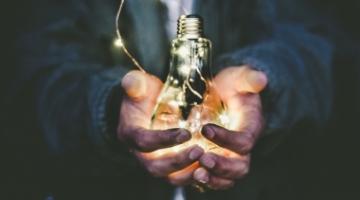 手にだいじに抱えた光る電球